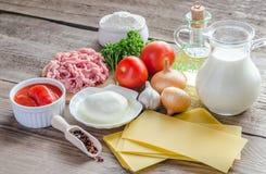 Ingrédients pour le lasagne sur le fond en bois photos stock