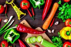 Ingrédients pour le ragoût végétal sur la vue supérieure de fond en bois Photos libres de droits