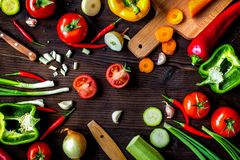 Ingrédients pour le ragoût végétal sur la vue supérieure de fond en bois Image stock
