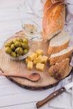 Ingrédients pour le sandwich avec du fromage, la baguette et les olives Photographie stock libre de droits