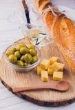 Ingrédients pour le sandwich avec du fromage, la baguette et les olives Image libre de droits