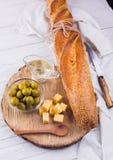Ingrédients pour le sandwich avec du fromage, la baguette et les olives Photo libre de droits