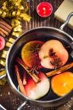 Ingrédients pour le vin chaud de Noël dans le pot Photographie stock libre de droits
