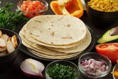 Ingrédients pour les casse-croûte mexicains d'enveloppe : pain pita, vegetales, viande de poulet sur la table image stock