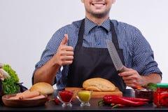 Ingrédients pour les hot-dogs Faisant cuire des hommes d'isolement sur le fond blanc photographie stock libre de droits