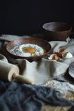 Ingrédients pour les nouilles crues faites maison Photographie stock