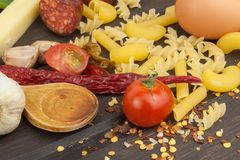 Ingrédients pour préparer des pâtes Cuisson des plats de pâtes Un plat traditionnel des pâtes Repas d'alimentation saine Photographie stock libre de droits