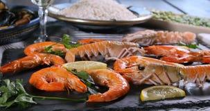 Ingrédients pour une Paella espagnole de fruits de mer : moules, crevettes roses de roi, langoustine, aiglefin clips vidéos