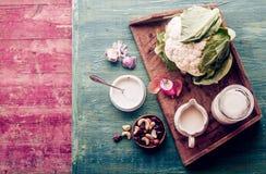 Ingrédients savoureux pour un plat savoureux de chou-fleur photographie stock libre de droits
