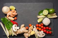 Ingrédients spéciaux pour la chaux épicée thaïlandaise authentique de kung de soupe Tom-yum, le galangal, le piment rouge, la tom Image libre de droits