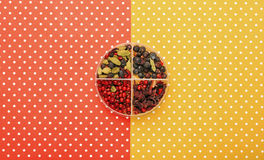 Ingrédients toniques de genièvre avec le fond complété coloré photos stock