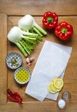 Ingrédients végétaux poivron rouge, fenouil et épices sur un en bois Photographie stock libre de droits