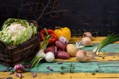Ingrédients végétaux saisonniers organiques au-dessus de table en bois colorée Nourriture saine ou concept végétarien de régime Image libre de droits
