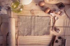 Ingrédients vides de toile à sac et de boulangerie de chanvre sur le dos en bois de table Images libres de droits