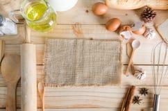 Ingrédients vides de toile à sac et de boulangerie de chanvre sur le dos en bois de table Images stock
