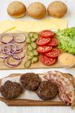 Ingr?dients d'hamburger sur une surface en bois blanche, vue de c?t? Plan rapproch? images stock
