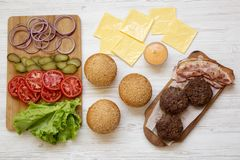 Ingr?dients de cheeseburger, vue sup?rieure D'en haut, configuration a?rienne et plate Plan rapproch? photo stock