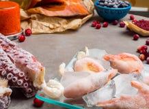 Ingr?dients de nourriture contenant l'astaxanthine, antioxydant, zinc Le concept d'une alimentation saine photographie stock libre de droits