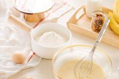 Ingr?dients et outils pour faire le g?teau cuire au four doux avec la banane et les amandes photographie stock