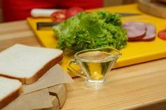 Ingradient preparado para cozinhar o sandu?che sauseboat com ?leo fotografia de stock royalty free