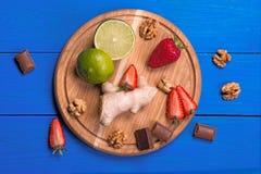 Ingradiyenta para o bolo em uma tabela de madeira azul Fotografia de Stock Royalty Free