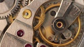 Ingranaggi commoventi dentro il vecchio orologio da tasca del meccanico archivi video