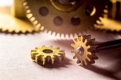 Ingranaggi dai vecchi orologi, un esempio per lo studio dei modi del trasferimento fotografia stock