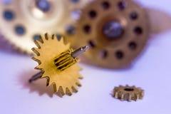 Ingranaggi dai vecchi orologi, un esempio per lo studio dei modi del trasferimento fotografie stock
