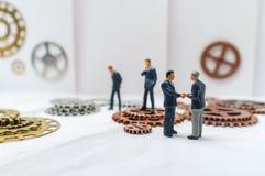 Ingranaggi di concetto degli uomini d'affari immagini stock libere da diritti