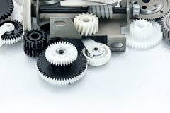 Ingranaggi di plastica in bianco e nero industriali su fondo graffiato Immagini Stock
