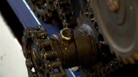 Ingranaggi e catene giranti nel meccanismo stock footage