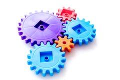 Ingranaggi luminosi per grande tecnologia di lavoro di gruppo e del meccanismo corretto su fondo bianco immagine stock