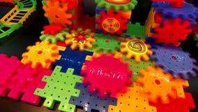 Ingranaggi multicolori di plastica giranti stock footage