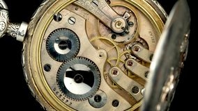 Ingranaggi nel meccanismo di un watchl d'annata della tasca Fine in su Lasso di tempo Fondo posteriore stock footage