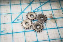 Ingranaggi su un ripiano del tavolo fotografia stock