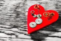 Ingranaggi sui precedenti del cuore rosso fotografie stock libere da diritti