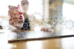 Ingranaggi sullo schermo virtuale Strategia aziendale e concetto di tecnologia Processo di automazione immagine stock
