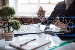 Ingranaggi sullo schermo virtuale Strategia aziendale e concetto di tecnologia Processo di automazione fotografia stock