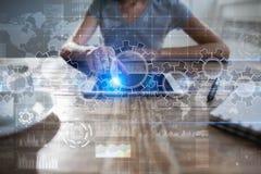 Ingranaggi sullo schermo virtuale Strategia aziendale e concetto di tecnologia Processo di automazione fotografie stock
