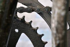 Ingranaggio anteriore unto della bicicletta nella fine sull'aereo fotografia stock libera da diritti