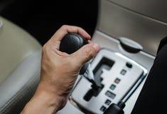 Ingranaggio automatico in un'automobile, fuoco selettivo, trasporto del comando manuale fotografia stock