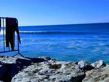 Ingranaggio Costa da Caparica del surfista immagini stock
