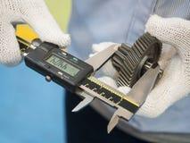 Ingranaggio d'acciaio automobilistico di ispezione Fotografie Stock Libere da Diritti