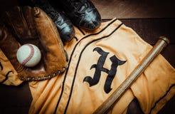 Ingranaggio d'annata di baseball su un fondo di legno Immagine Stock