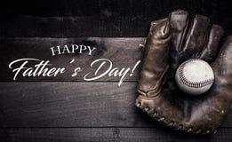 Ingranaggio d'annata di baseball su un fondo di legno con il saluto di giorno del ` s del padre Fotografia Stock Libera da Diritti