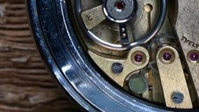Ingranaggio dentro l'orologio antico video d archivio