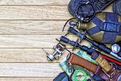 Ingranaggio di campeggio, su fondo di legno Fotografia Stock
