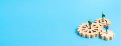 Ingranaggio di legno su un fondo bianco Fondo astratto per le presentazioni e le insegne Il concetto di tecnologia e di industria fotografie stock libere da diritti
