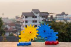 Ingranaggio due insieme, i precedenti del sole, concetti di affari, fotografia stock