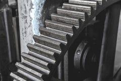 Ingranaggio enorme d'acciaio Volano da una vecchia macchina in una fabbrica fotografia stock libera da diritti